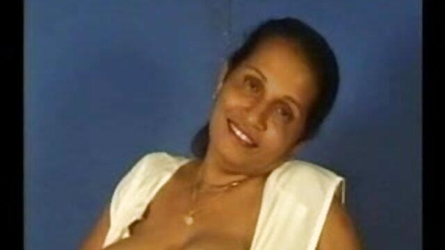 एक परिपक्व सेक्सी वीडियो फुल मूवी एचडी महिला ने टैक्सी चालक के लिंग के नीचे अपनी गांड रख दी