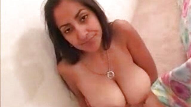 बड़े स्तन के बीएफ सेक्सी मूवी फुल एचडी साथ श्यामला खुद को उसकी जाँघिया सूँघने वाले लड़के को देती है