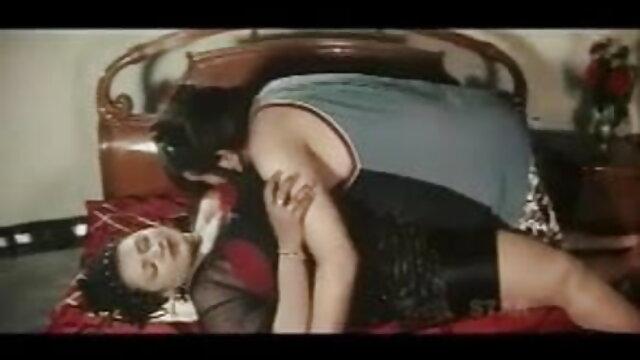लड़की ने अपने शॉर्ट्स को उतार दिया और दोनों हाथों हिंदी सेक्सी मूवी एचडी वीडियो से उस आदमी की सूंड की मालिश की