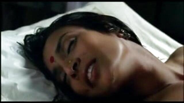 एक युगल सेक्सी फिल्म एचडी फुल एचडी एक दर्पण के सामने चुदाई करता है और उसे देखने में रुचि रखता है