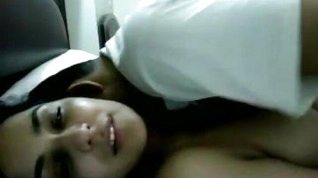 एक वयस्क व्यक्ति बिस्तर पर एक सेक्सी मूवी फुल वीडियो एचडी बंधी हुई लड़की को चोदता है