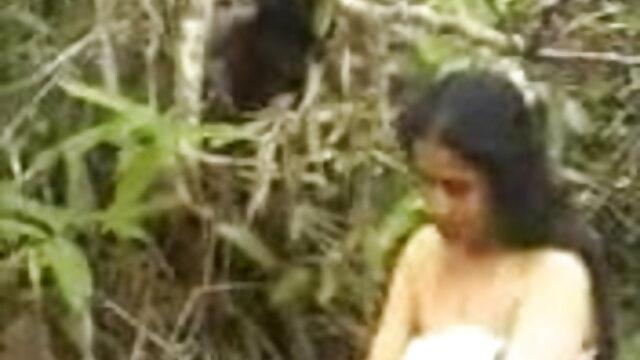 उस आदमी ने अपने हाथों में सेक्सी पिक्चर मूवी फुल एचडी कैमरा लिया और फिल्माया कि कैसे वह धीरे-धीरे उसके लिंग को चूस रहा था