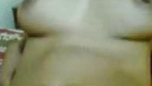 अपनी प्रेमिका सेक्सी वीडियो एचडी मूवी की गांड और चूत को सहलाते हुए