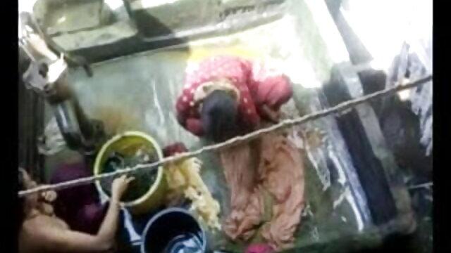 एक परिपक्व चाची एक युवा लड़के को चूसती है और हिंदी फिल्म सेक्सी एचडी में खुद को बिस्तर पर देती है