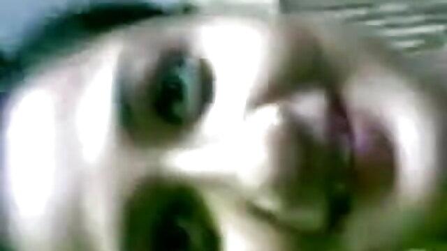 एक युवा पुरुष सेक्सी फिल्म एचडी फुल एचडी एक परिपक्व महिला की गीली चूत को संभालता है