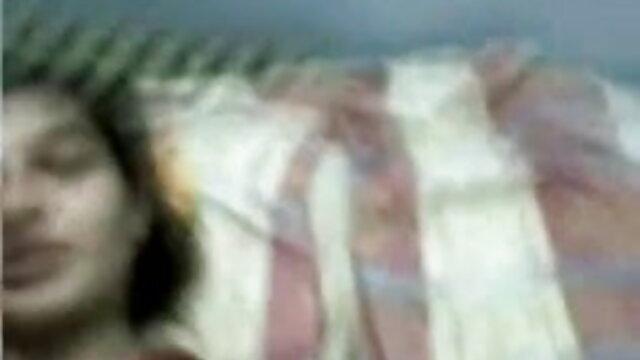 दो लोगों ने गैरेज में एक श्यामला गड़बड़ की सेक्सी बीएफ एचडी मूवी